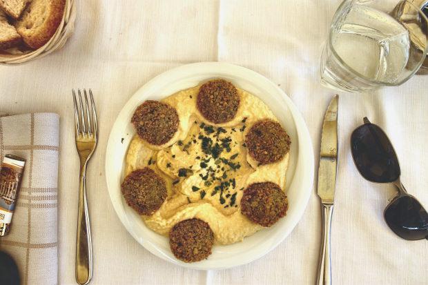 """החומוס והפלאפל של מסעדת """"בגטו"""". אפשר לאכול."""