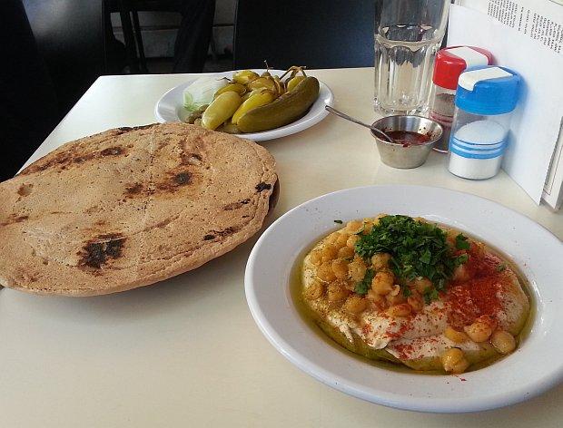 חומוס עם מצה תימנית באבו דאבי